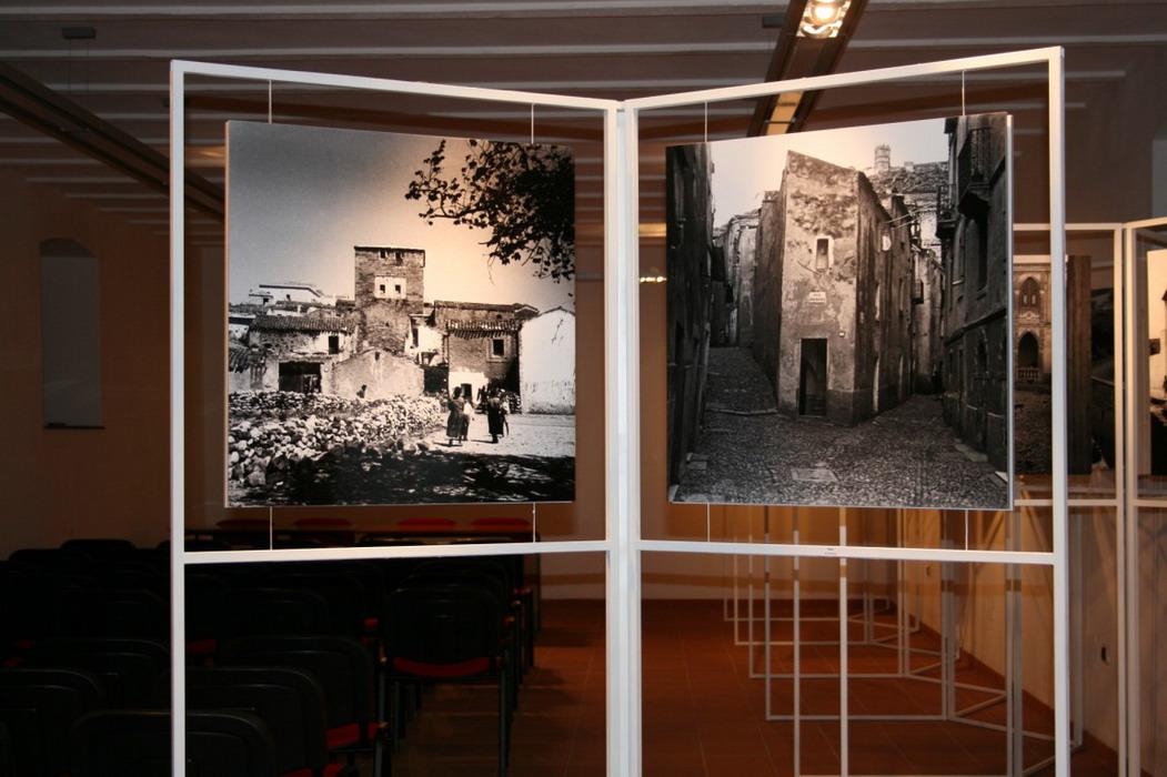 """abbastanza Allestimento della mostra """"Vico Mossa – Fotografie d'Architettura"""" GM78"""